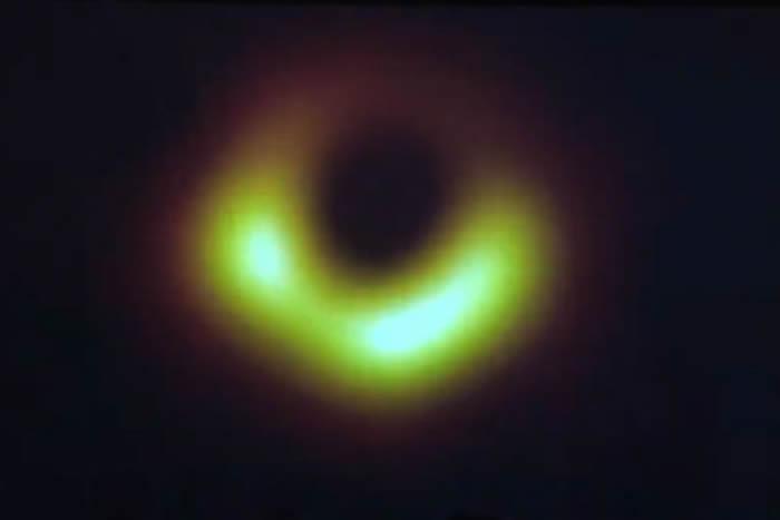 """""""事件视界望远镜""""(EHT)今日曝光人类历史上第一张黑洞照片"""