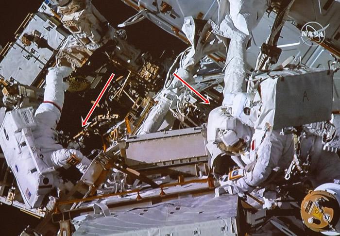 麦克莱恩(图左)和圣雅克(图右)为空间站的装置加配部件。