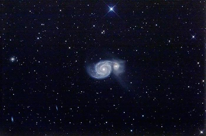 """阴谋论网站""""爆料电视称哈勃望远镜拍到太空深处出现十字架:螺旋星系M51中心巨大黑洞"""
