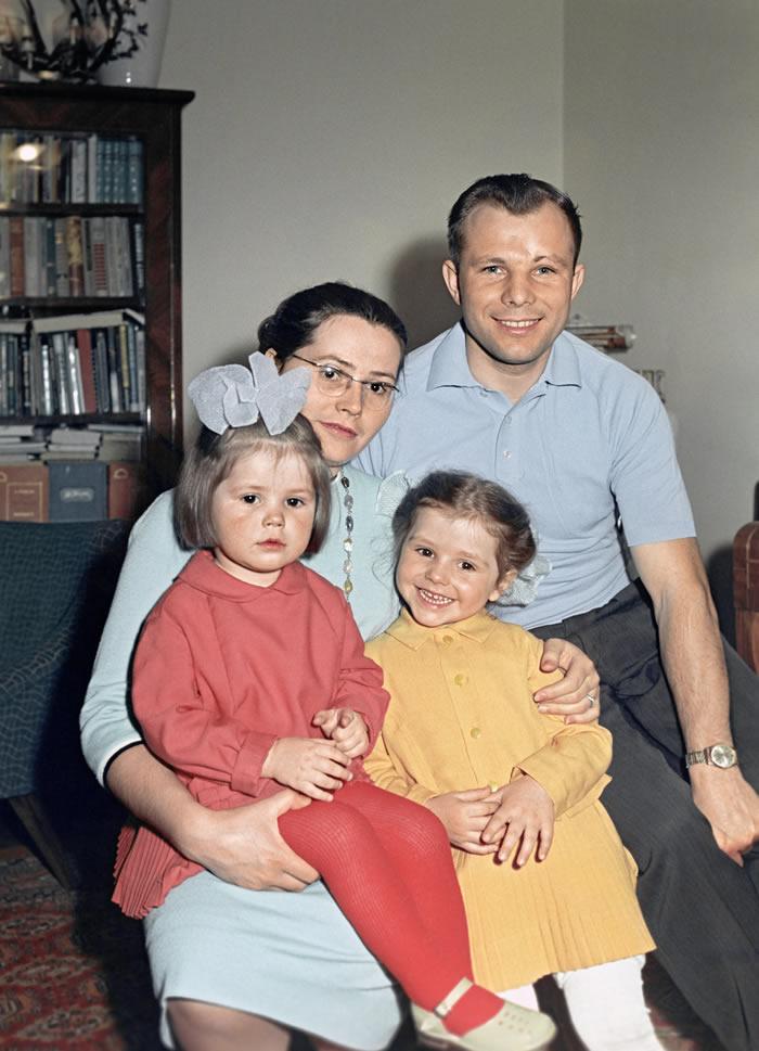 1965年,尤里·加加林和女儿们