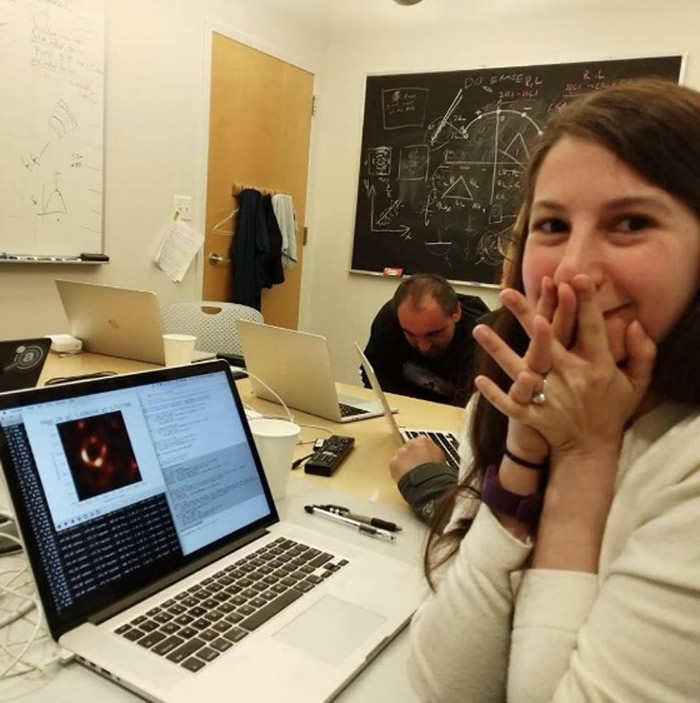 博曼公开与黑洞的合照。