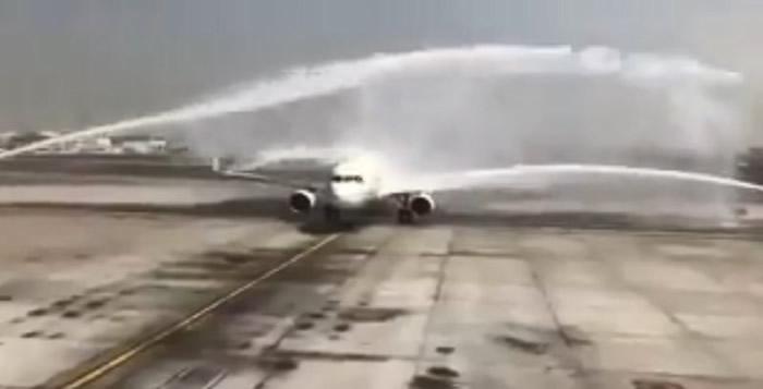 """空中巴士A320-214班机降落迪拜机场接受""""水炮礼""""欢迎 意外被冲开紧急逃生门"""