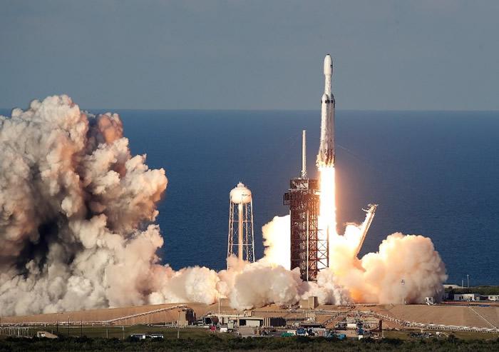 """""""猎鹰重型""""首次商业发射成功。"""