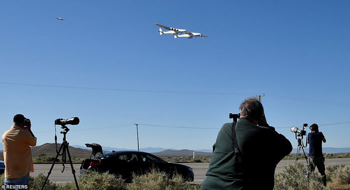 """世界最大飞机""""平流层发射运载者""""(Stratolaunch carrier)在美国加州首次飞行成功 可携带太空火箭射卫星"""