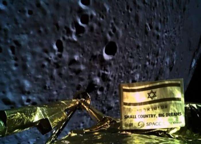"""探测器准备降落月球时曾进行自拍,显示""""小国家、大梦想""""的字样。"""