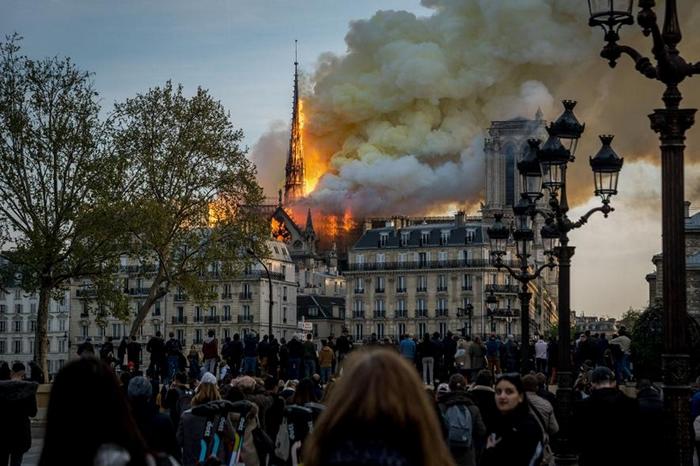 就在4月15日最后一批游客离开圣母院后不久,滚滚浓烟开始从90公尺高的尖塔窜出。 起火的原因还不清楚,但尖塔的结构已经损毁倒塌。 PHOTOGRAPH BY N