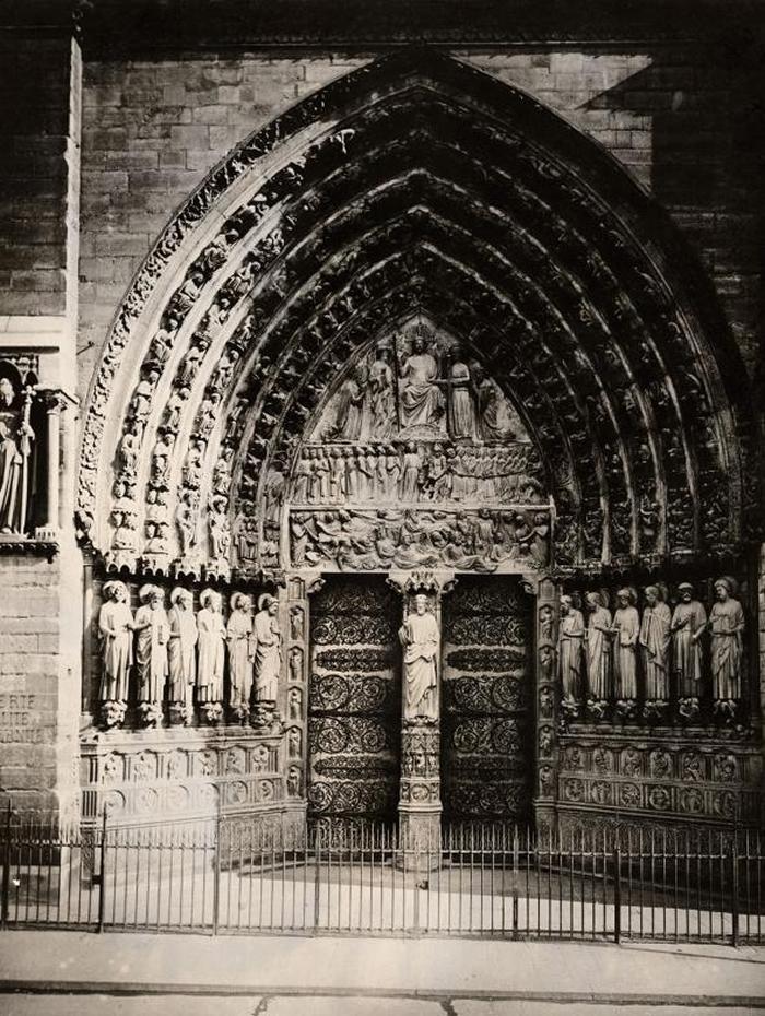 圣母院入口处的最后审判石雕,描述死者朝大天使麦可(Archangel Michael)爬去。 这处入口是在1220年左右雕刻,呈现的是马太福音描述的景象。 PH