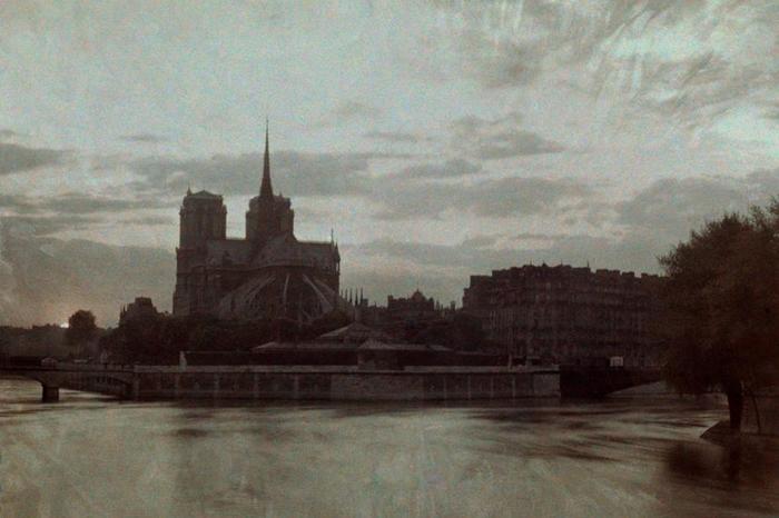 1923年的这张照片中,夕阳让圣母院也跟着暗了下来。 PHOTOGRAPH BY JULES GERVAIS COURTELLEMONT, NAT GEO IM