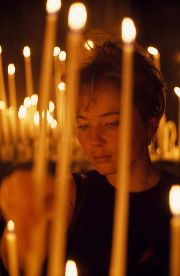 1968年,一位美国观光客在圣母院内点上一支蜡烛。 PHOTOGRAPH BY BRUCE DALE, NAT GEO IMAGE COLLECTION