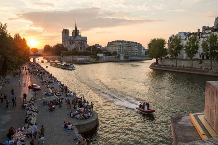 巴黎圣母院黄昏时分的塞纳-马恩省河畔挤满了巴黎人。 PHOTOGRAPH BY ERIC KRUSZEWSKI, NAT GEO IMAGE COLLECTIO