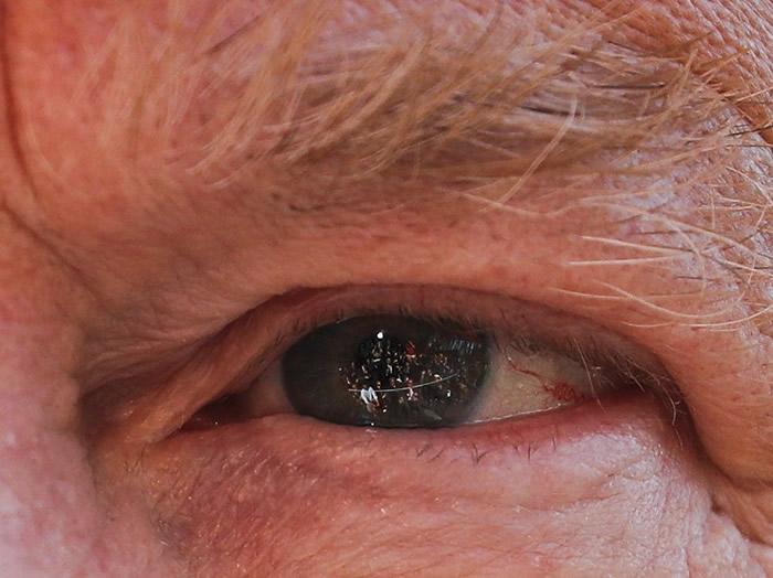 特朗普的左眼反射了传媒的影像。