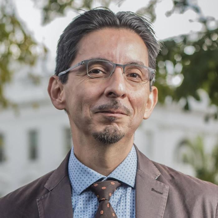蒙西瓦斯入行多年,负责白宫报道。