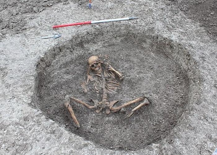 英国牛津郡工人意外挖出26副有3000年历史的人类骸骨 来自铁器时代至罗马时期