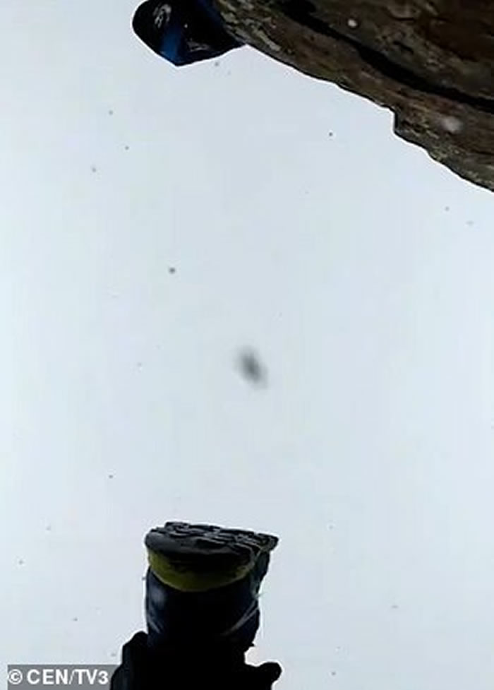 一道闪电突然劈下 西班牙夫妻登山摆拍遇雷击瞬间被震飞