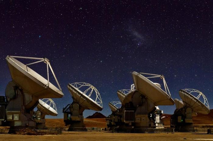 夜空微光下的66座阿塔卡玛大型毫米及次毫米波数组天线,它们是事件视界望远镜网络的重要成员。 PHOTOGRAPH BY BABAK TAFRESHI
