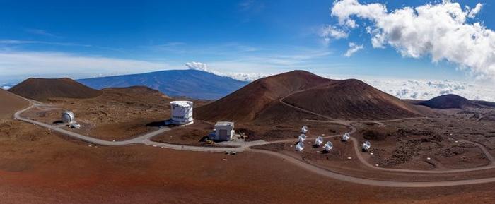 在夏威夷茂纳开亚火山(Mauna Kea volcano)上矗立着许多天文台,其中也包括在2017年参与事件视界望远镜观测的詹姆斯. 克拉克. 麦克斯威尔望远镜