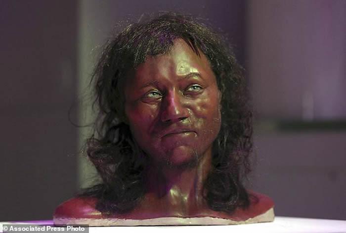英国最古老的完整骨架头骨重建模型。科学家说, 根据2019年4月15日星期一发表在《自然》杂志上的一项研究, 来自希腊和土耳其这个地区的移民潮大约在6000年前