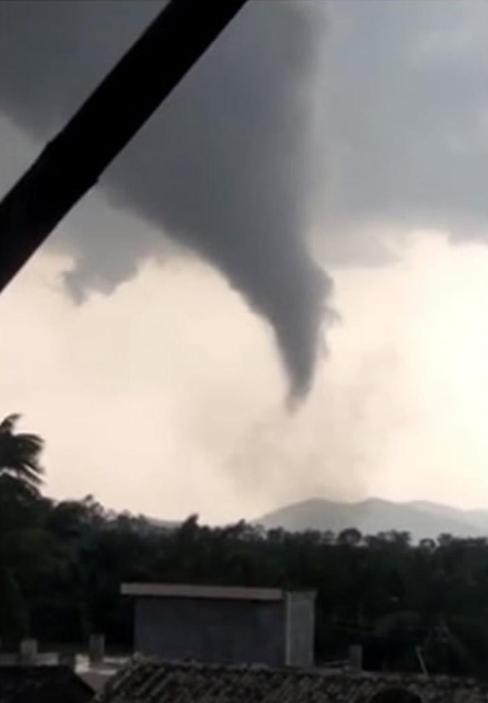 海南省安定县遭受龙卷风吹袭
