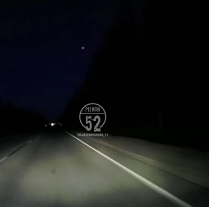 网上发布俄罗斯下诺夫哥罗德州发光物体坠落的视频