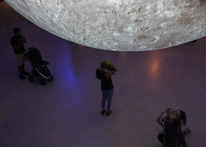 为纪念阿波罗11号成功登月50年 美国德州休斯敦自然科学博物馆展出巨型月球