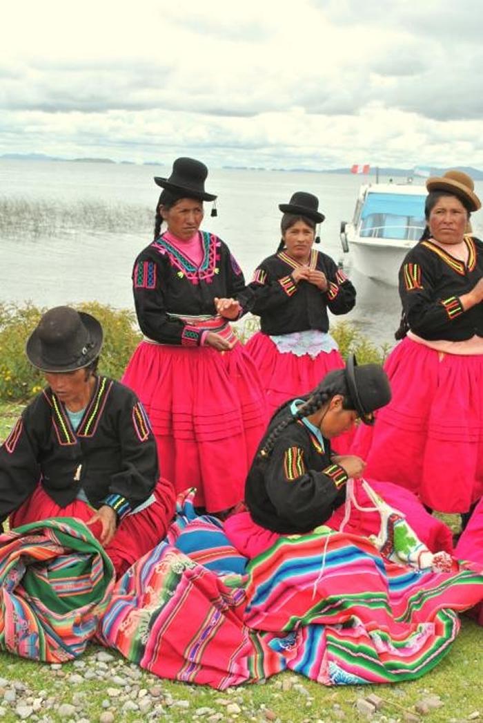 超过24名秘鲁妇女组成团体,其中一些人曾是盗猎者。 她们编织并贩卖发想自湖蛙的手工艺品来增加收入。 PHOTOGRAPH BY ERIN STOTZ