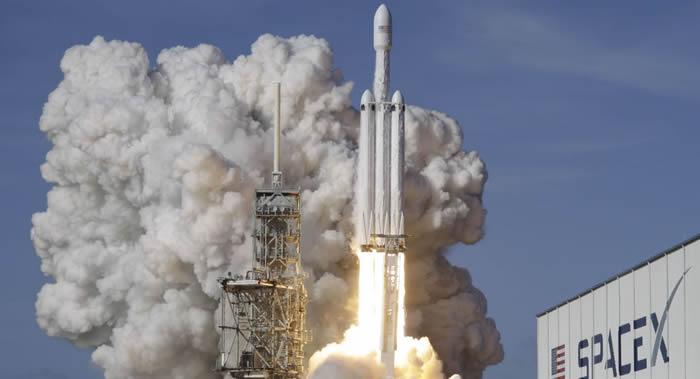 """""""猎鹰9""""号运载火箭携带""""龙""""飞船发射升空把物资运抵国际空间站"""
