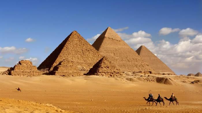 吉萨高原法老金字塔附近发现古埃及王国时期墓葬