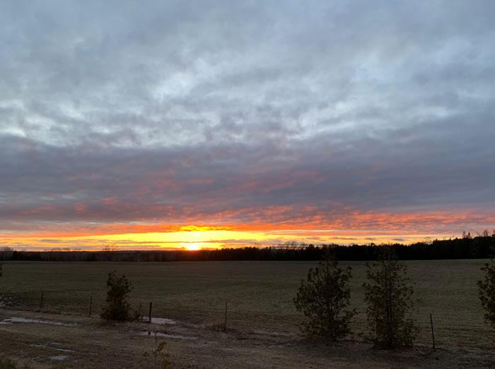 加拿大女子在安大略省马尼图林岛拍到神秘夕阳奇观 连气象专家也无从解释