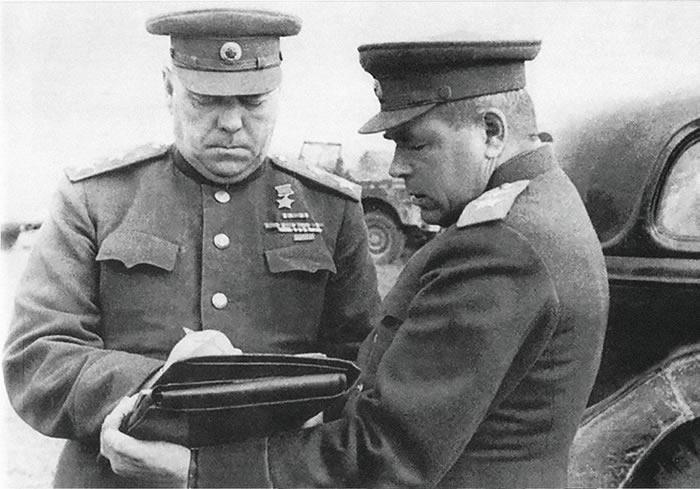 苏联元帅亚·米·瓦西列夫斯基和空军元帅费·雅·法拉列耶夫在1945年东普鲁士战役期间