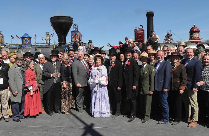 不少人穿上19世纪古典服装出席纪念活动。