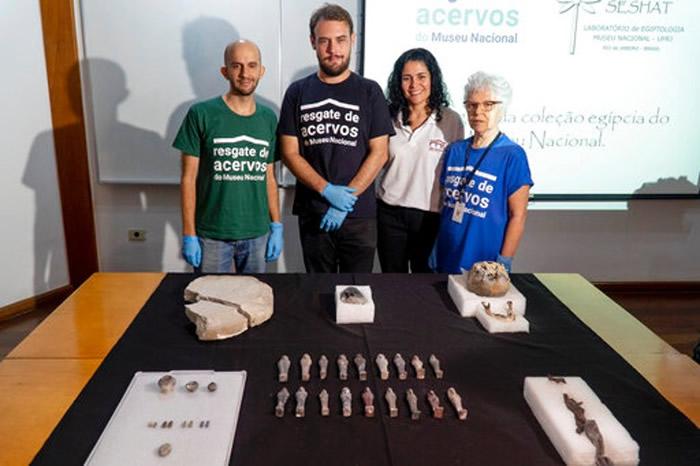 考古学家展示救出的埃及文物。