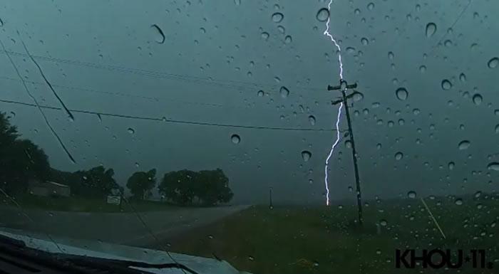 行车记录仪拍到一个地方连遭11次闪电雷击