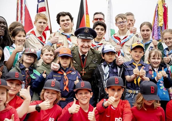 哈尔沃森日前出席解除封锁西柏林的周年纪念活动。