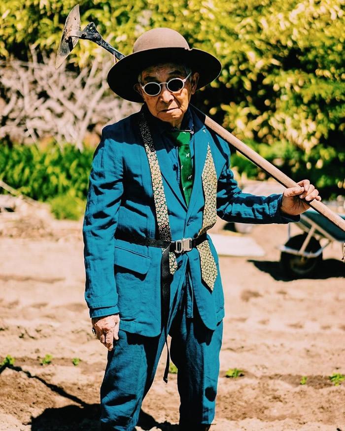 最为人注目的是一套湖水蓝的西装,配上绿色牛油果图案领带;爷爷手持铁铲架上墨镜,完全是森系格局。