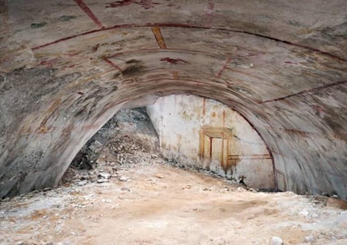 密室大部分被埋土下,只露出拱顶。