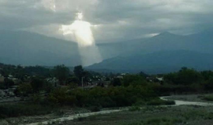 """阿根廷北部""""基督神像""""现身半空"""