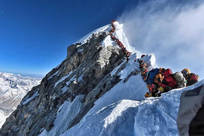 攻顶圣母峰(珠穆朗玛峰)遇大塞车 登山客寒风中排队3小时酿3人死亡
