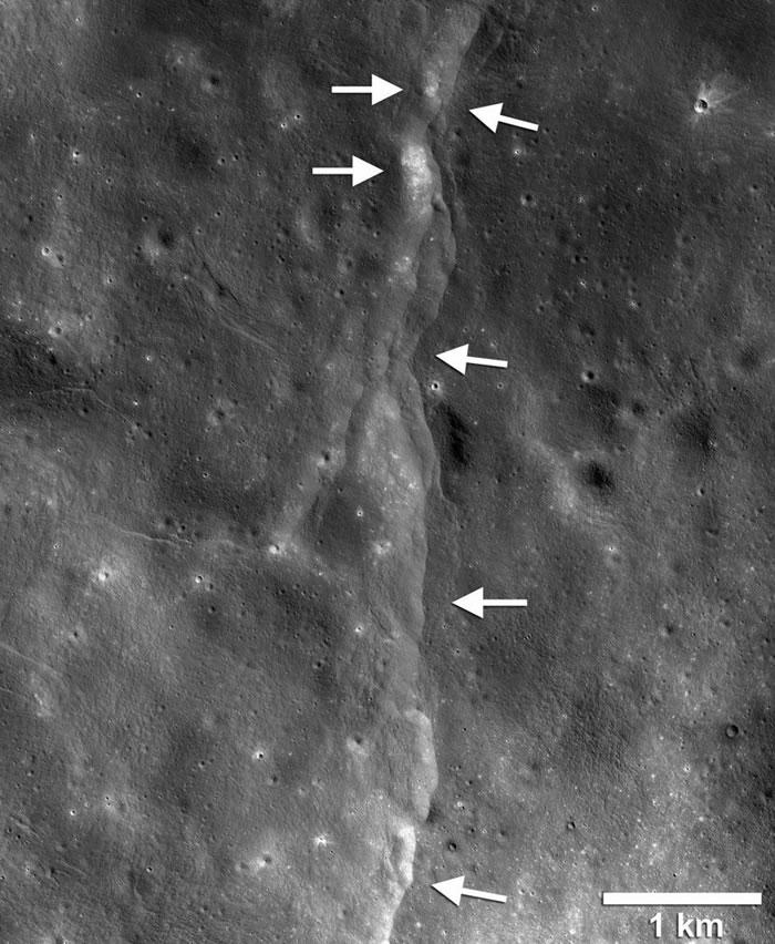 根据阿波罗时期放置在月面上仪器所收集到的数据,我们的这颗灰色小卫星可能比过去所想的还要更为活跃。 PHOTOGRAPH BY NASA/GSFC/ARIZONA