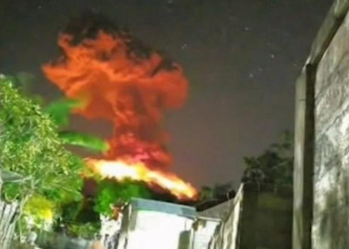 印尼峇里岛阿贡火山再度喷发 当地机场一度需要取消所有航班起降