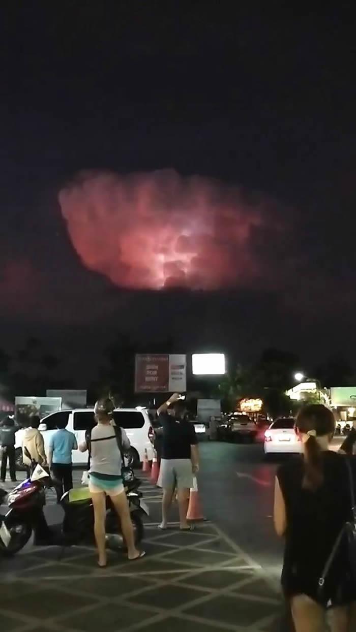 新西兰男子在泰国布吉岛度假时拍到天空异象:神秘UFO雷电中现云间