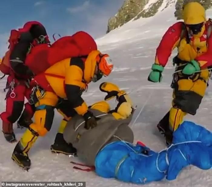 攻顶珠穆朗玛峰13天死11人 夏尔巴人运尸体画面曝光