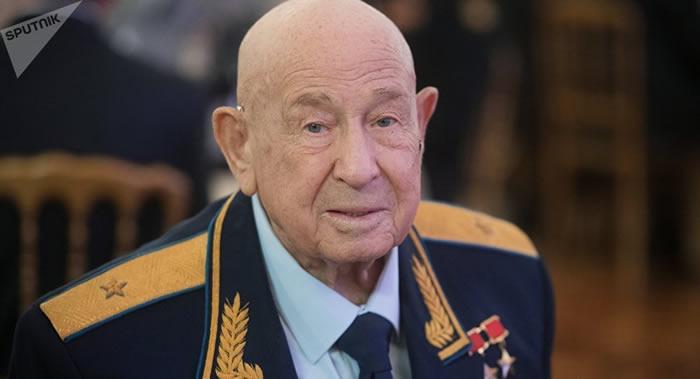 """""""太空行走第一人""""!苏联宇航员阿列克谢·列昂诺夫在医院过寿辰"""