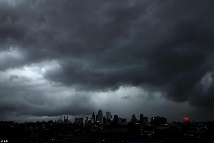 美国中部8个州遭多达55个龙卷风及暴雨蹂躏