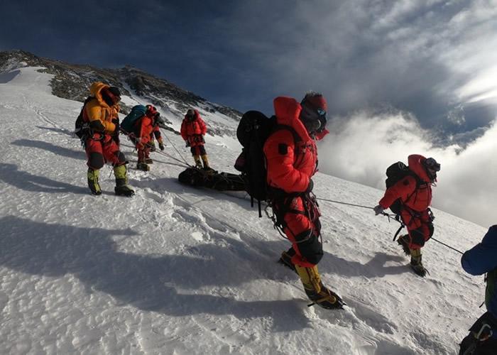 澳洲登山客攀登珠穆朗玛峰遇险 获中国修路组队员及时营救