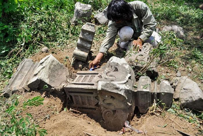 因 2004年印度洋海啸侵袭所暴露出来的历史性墓碑,激发了研究人员搜寻更久以前发生的海啸的证据。 PHOTOGRAPH COURTESY PATRICK DAL
