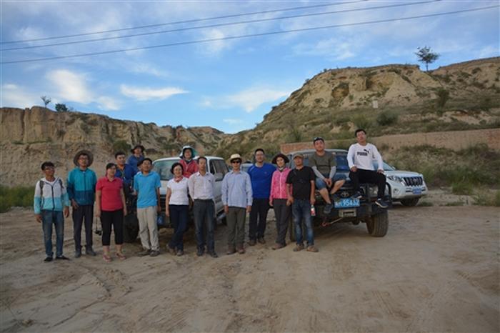 项目组对库布奇沙漠一古城遗址考察后合影留念