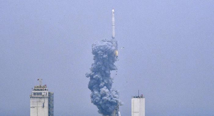 中国首次实施运载火箭海上发射 长征十一号成功将七颗卫星送入预定轨道