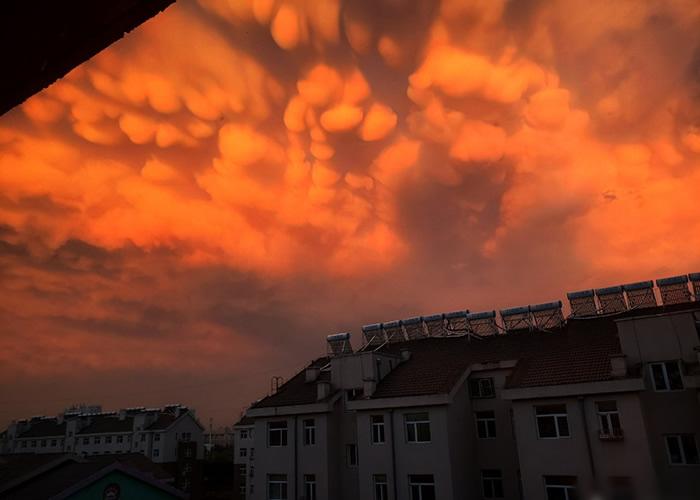 乳状云伴随日落的映射致颜色千变万化。