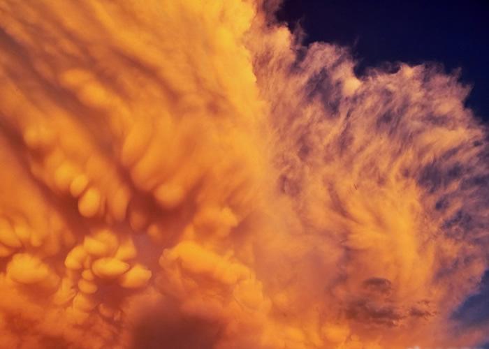 目击者指乳状云如棉花悬挂天空一样。