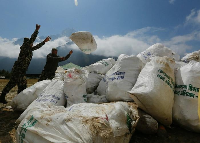 珠穆朗玛峰近6周登山旺季检获10吨垃圾